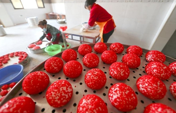 Villagers make red Ciba to prepare for upcoming Chinese Spring Festival