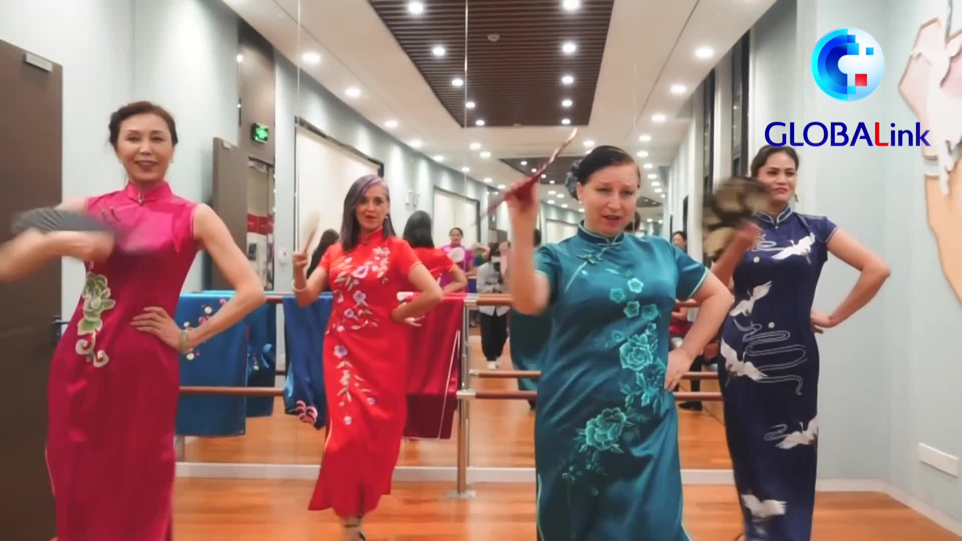 Globalink: Foreign Qipao enthusiasts celebrate Spring Festival