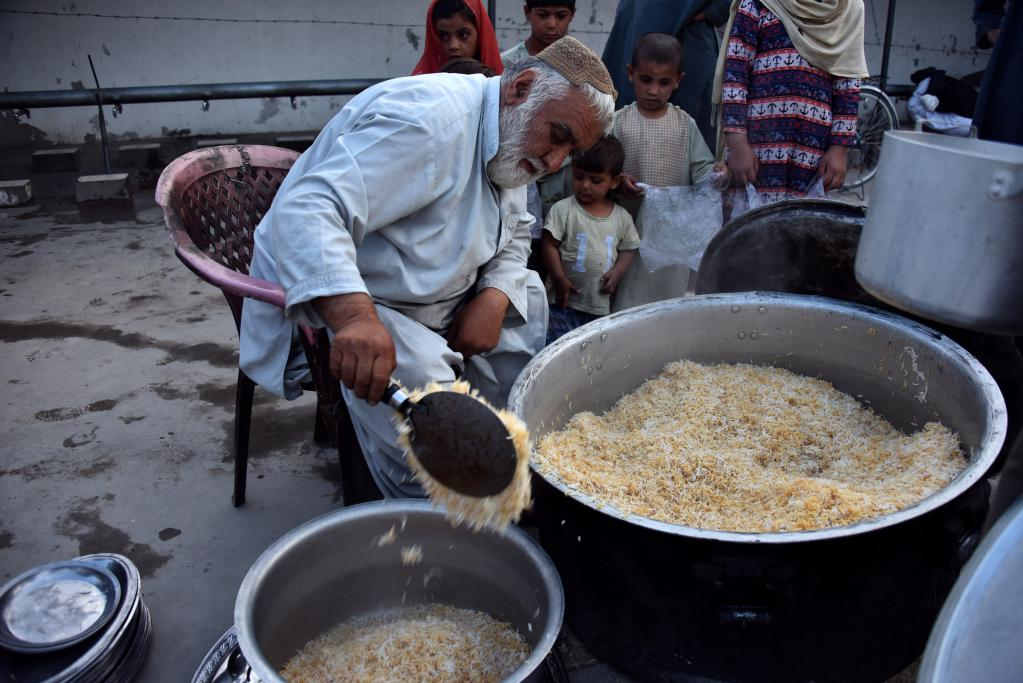 Afghan man prepares meal during holy month of Ramadan in Kandahar city
