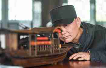 Pic story of inheritor of Red Boat model making craft in Jiaxing