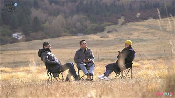 《锵锵行天下》:谈话从演播室搬到了户外的《圆桌派》