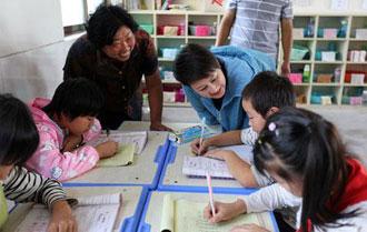 凯丽加盟扶贫节目成全科老师 真情温暖课堂内外