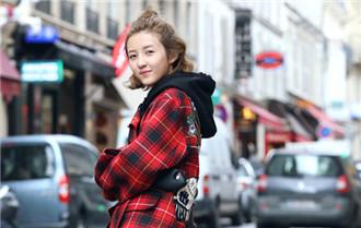 張子楓巴黎街拍曝光 笑容燦爛展少女活力