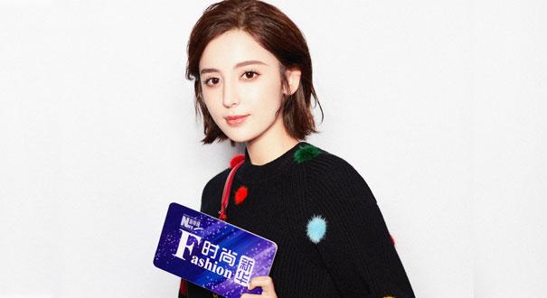 娜扎啟程米蘭時裝周 彩色毛球演繹最IN時尚