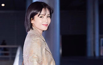 劉濤啟程米蘭時裝周 機場街拍演繹率性意式風