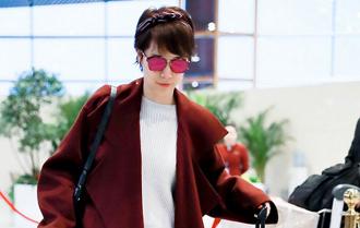 海清红色大衣现身机场 优雅发带精致魅力