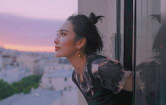 王紫璇巴黎窗臺寫真 丸子頭映襯天鵝頸