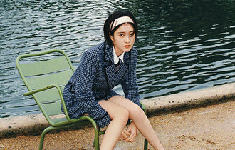 張雪迎巴黎膠片封面釋出 文藝少女徜徉浪漫花園