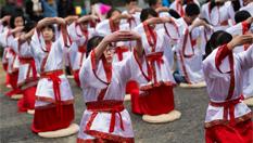 南京孩童著漢服行古禮拜師傳孝道