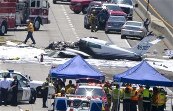 一小型飛機在美加州高速公路墜毀致3人受傷
