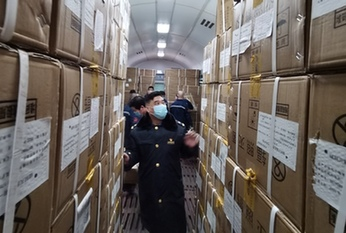 2萬套防護服連夜裝運從北京西站發往武漢