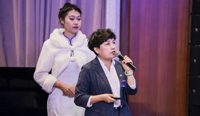新華社民族品牌工程負責人楊玉玲介紹新華社綜合服務體係