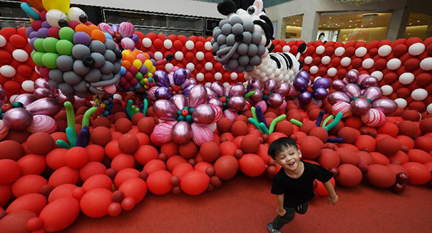 """新加坡举办""""梦幻动物园""""气球展"""