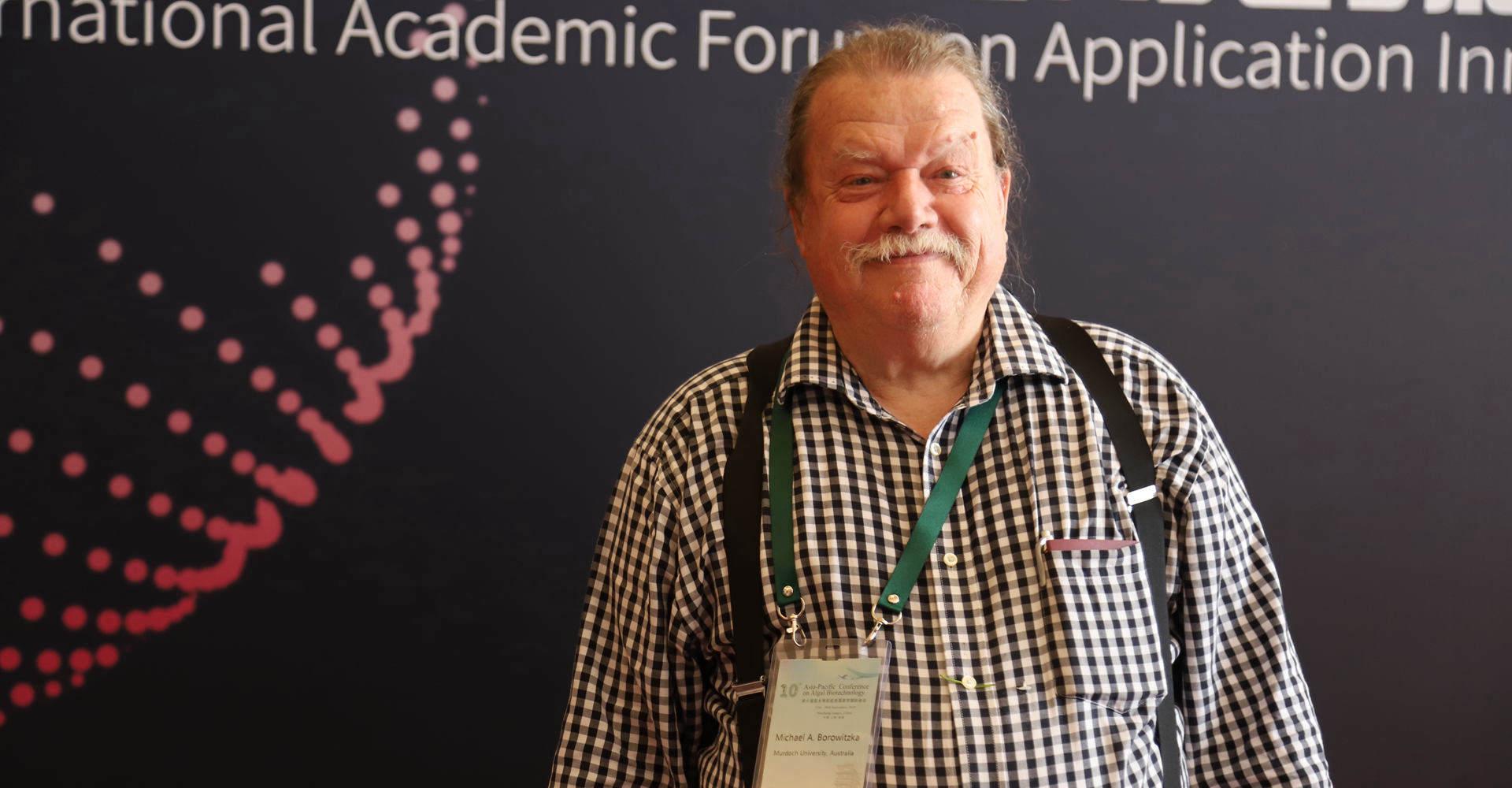 澳大利亚默多克大学海洋植物学教授兼藻类研发中心主任Michael A. Borowitzka教授接受采访