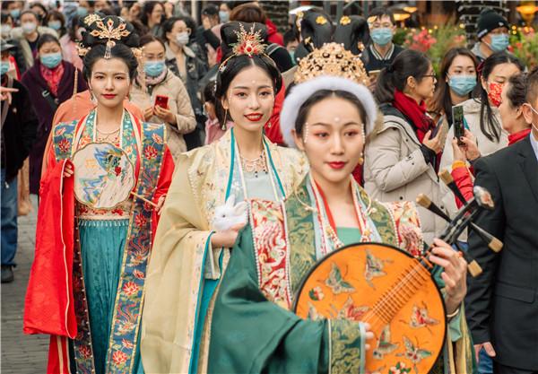 """汉服秀走进石库门,春节来新天地感受""""人在画中游""""的独特年味stsm怎么去"""