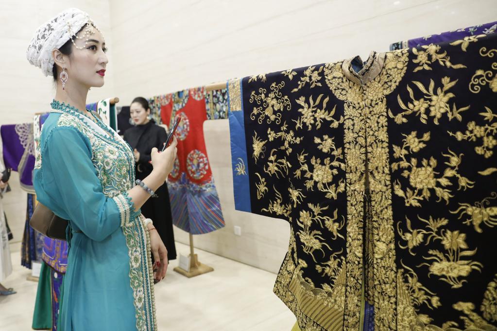 新书《云裳华仪》:集中展现京绣技艺及中式传统服装之美