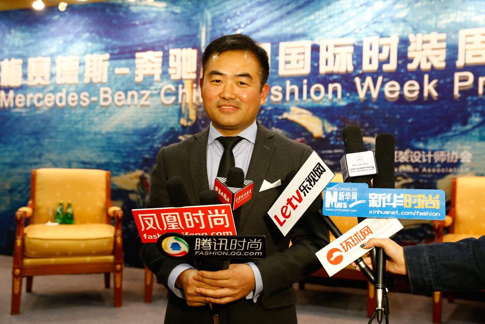中国服装设计师协会副主席兼秘书长,中国国际时装周组委会副主席