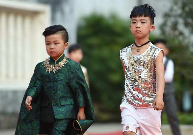 """""""五一""""小长假欢乐多 儿童模特秀吸引游客观看"""