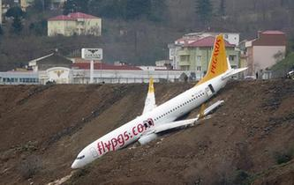 土耳其一架客機降落時滑出跑道險些墜海