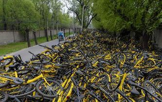"""北京受損共享單車堆積如山 工人""""修不過來"""""""
