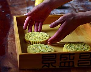 傳承古法月餅制作技藝的年輕人