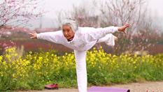 湖北75歲老太練習瑜伽14年 創老年瑜伽班