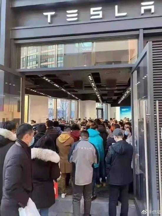 """特斯拉狂降16万 门店被""""挤爆""""Model Y订单已排到春节"""