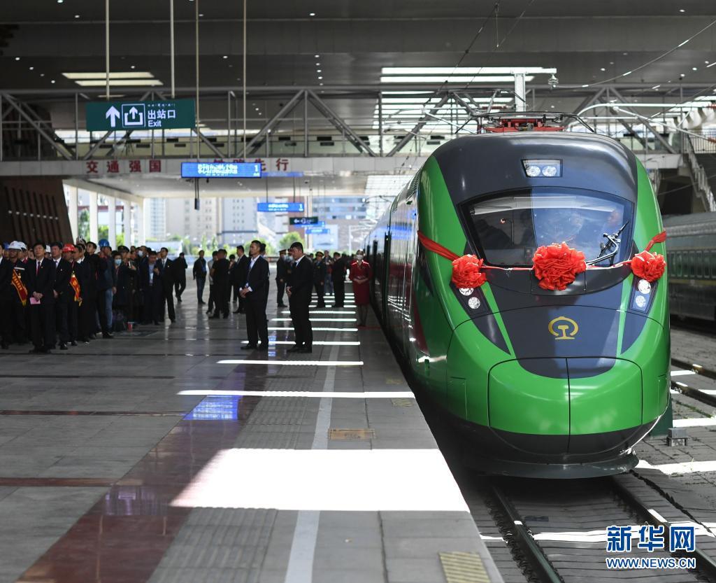 """踏上西藏首趟复兴号列车""""绿巨人"""""""