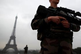 士兵持槍在巴黎埃菲爾鐵塔巡邏