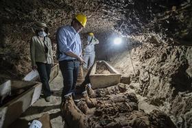 埃及一古墓出土17具人類木乃伊