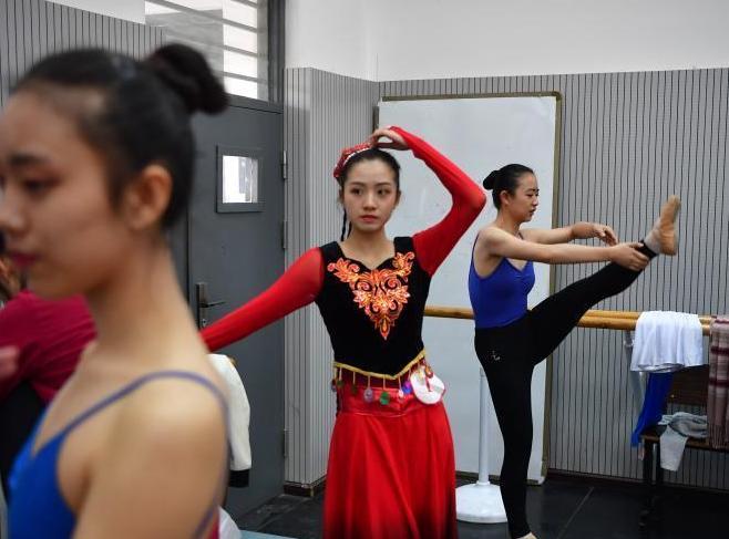 雲南藝術學院藝考開考 萬人同場逐夢