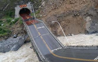 暴雨致四川茂縣國道213線一處橋梁垮塌