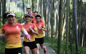 跑步山林間