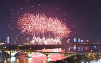 長沙:焰火照湘江