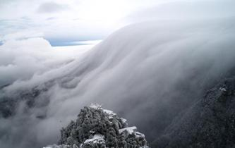 江西廬山雪後現罕見壯觀瀑布雲