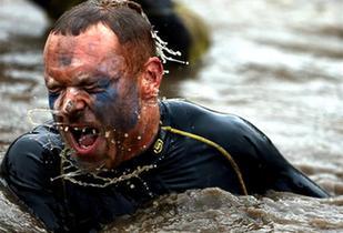 """圖片直擊:英國""""硬漢""""挑戰賽穿火海、過泥地"""