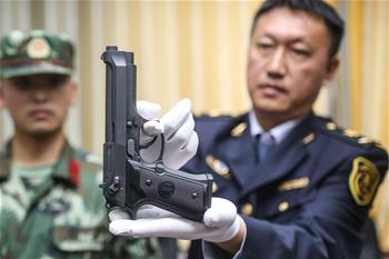 青島機場口岸在入境快件中查獲倣真槍支
