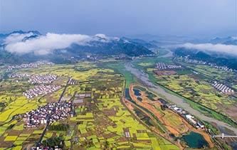 无人机俯瞰杭州湿地公园 高空拍摄山乡春雨后