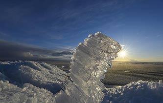 """新疆乌伦古湖现罕见""""风积冰山""""景观 画面简直美爆了!"""