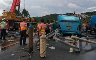 廣東龍門發生客車側翻事故致19人死亡