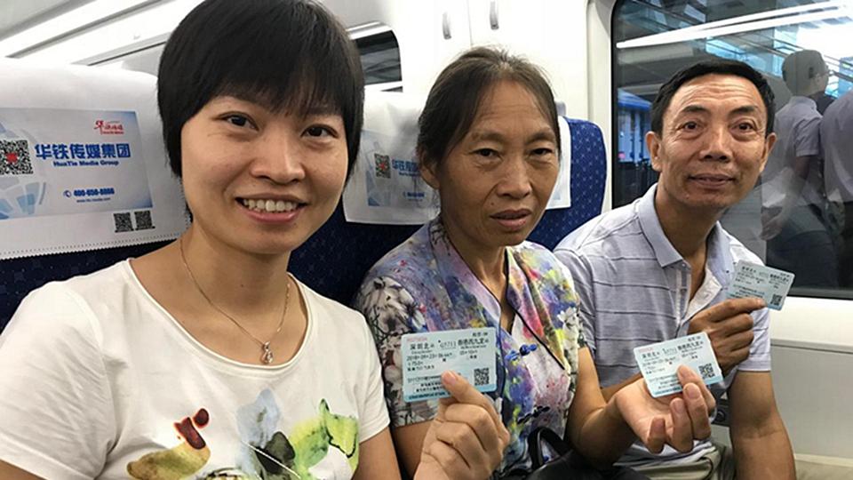 """廣深港高鐵全線開通首日 眾多遊客前來""""打卡"""""""