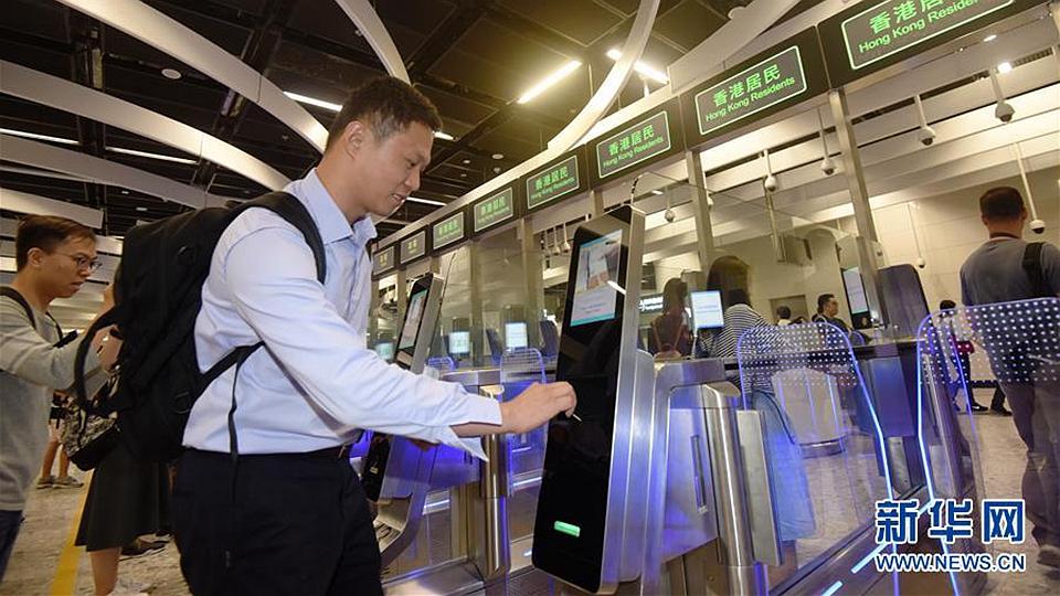香港西九龍站迎來首列抵達的高鐵列車