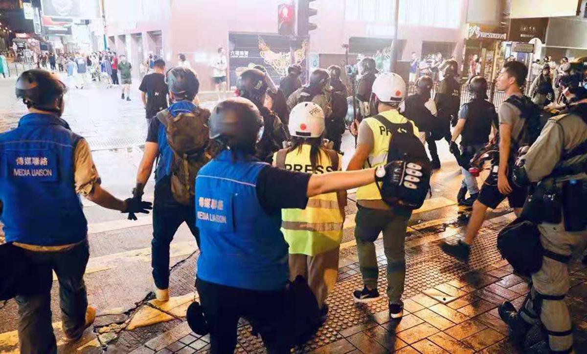 """走近""""藍背心""""港警:為記者守護現場安全線"""