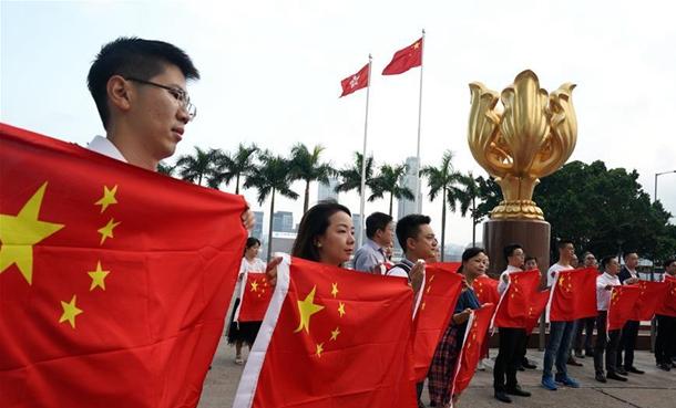 特写:金紫荆广场的70面国旗