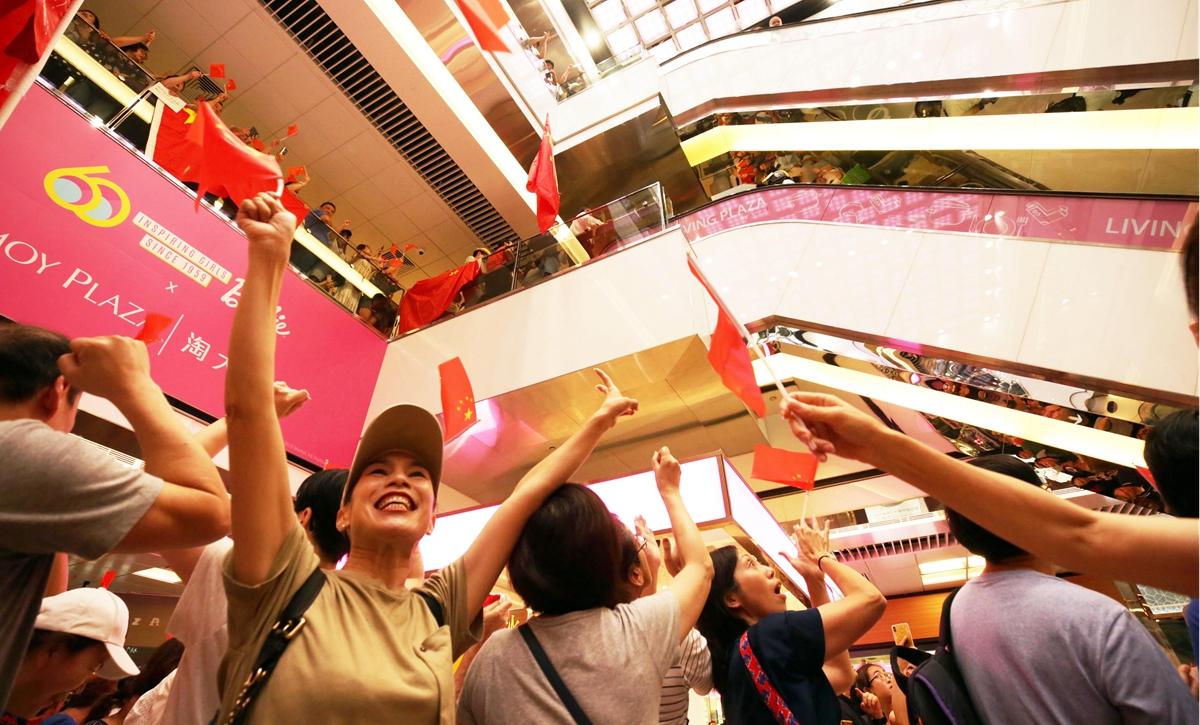 """""""你不是一個人在唱國歌""""——香港市民合唱國歌聲援被襲教師"""