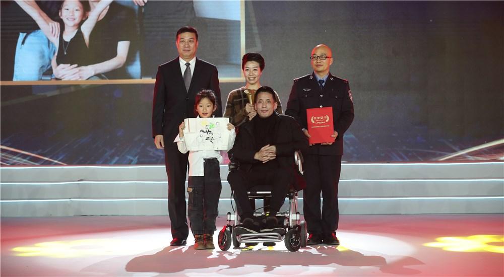 頒獎嘉賓為第三位年度感動人物張海林、朱丹丹夫婦頒獎