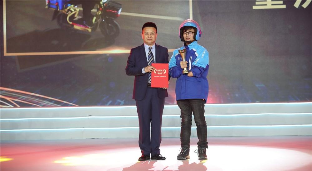 頒獎嘉賓為第四位年度感動人物董洪喜頒獎