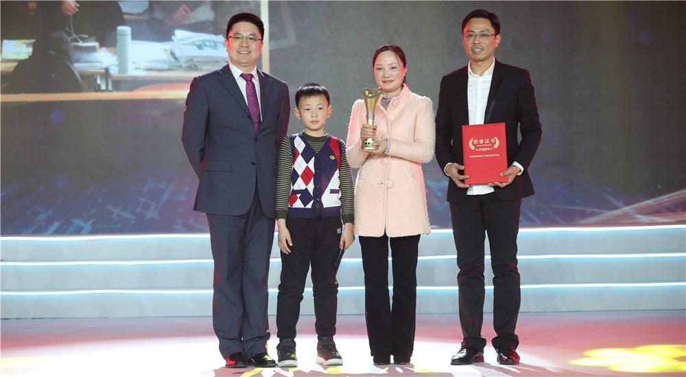 頒獎嘉賓為第五位年度感動人物頒獎