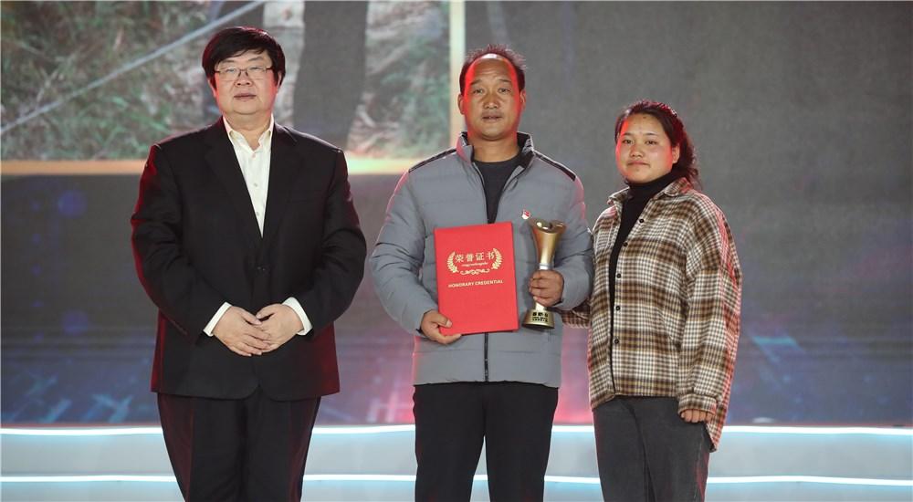 頒獎嘉賓為第六位年度感動人物何永雲頒獎
