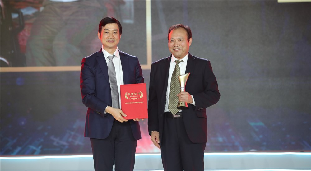 頒獎嘉賓為第九位年度感動人物孟克頒獎